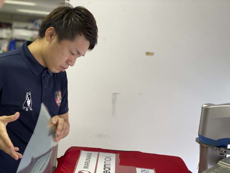 Fリーグディビジョン1所属バルドラール浦安のキャプテン加藤選手がteammaxのスポンサーシート加工を体験!